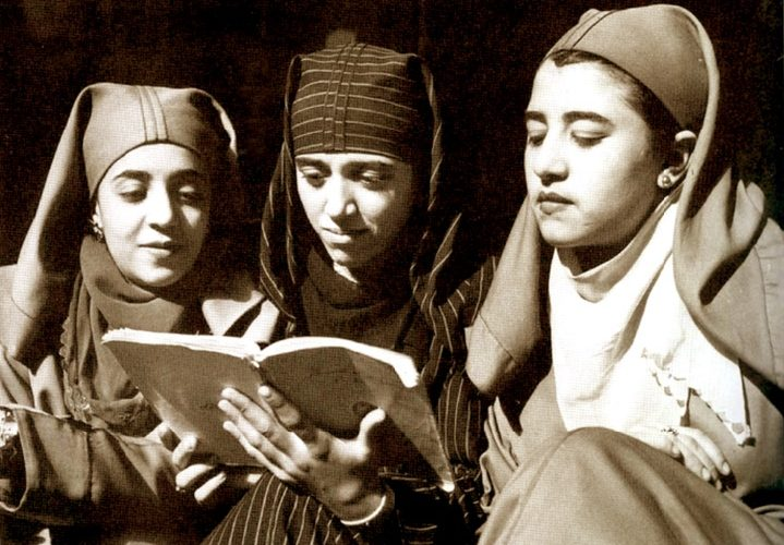 Moroccan women reading